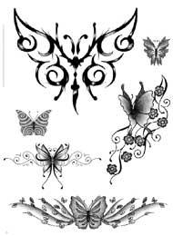Tatuaggio di una Farfalla con Decorazione Floreale